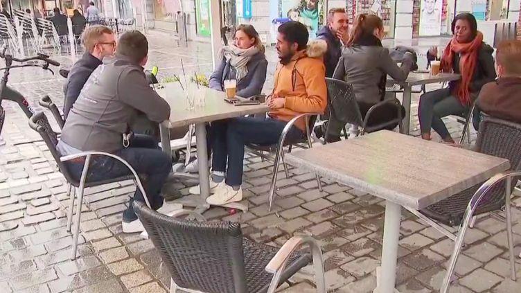 Le déconfinement en Belgique a eu lieu onze joursavant celui de la France. Le pays a rouvert les terrasses de ses restaurants et cafés, samedi 8 mai. (FRANCE 3)