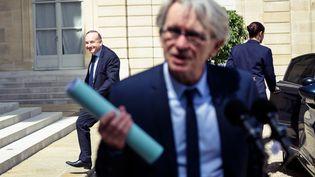Jean-Claude Mailly, secrétaire général du syndicat Force Ouvrière (premier plan), et Pierre Gattaz, président du Medef (à l'arrière plan), le 23 mai 2017 dans la cour de l'Élysée (Paris). (PAUL BARLET / LE PICTORIUM / MAXPPP)