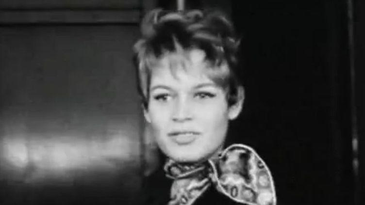 Brigitte Bardot, 19 ans, vient de descendre du train couchettes de Paris  (INA)