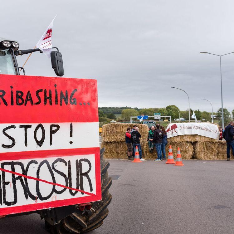 """Des agriculteurs manifestent contre """"l'agribashing"""" à Pouilly-en-Auxois (Côte-d'Or), le 8 octobre 2019. (KONRAD K./SIPA)"""