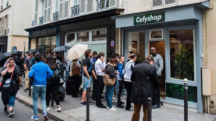 Des personnes font la queue devant un coffee shop,à Paris, le 11 juin 2018. (ALEXIS SCIARD  / MAXPPP)