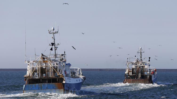 Des pêcheurs français quittent le port de Cherbourg-Octeville (Manche), le 27 juin 2018. (CHARLY TRIBALLEAU / AFP)