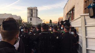 Près de 450 policiers et militaires ont évacués le campement d'Aubervilliers. (SOLÈNE CRESSANT / FRANCE-INFO)