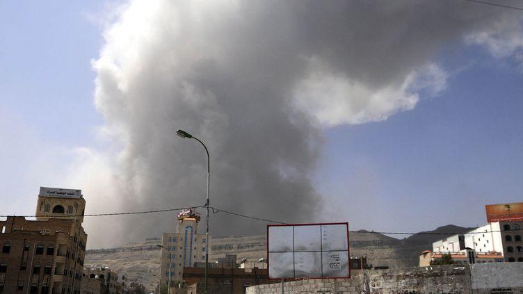 Un panache de fumée s'élève dans le ciel de Sanaa, la capitale du Yémen, après un raid de la coalition arabe, le 20 avril 2015. (MOHAMMED HAMOUD / ANADOLU AGENCY / AFP)