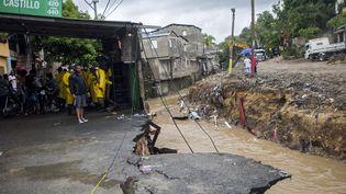 Une rue ravagée après le passage de la tempête Laura à Saint-Domingue (République dominicaine), le 23 août 2020. (ERIKA SANTELICES / AFP)