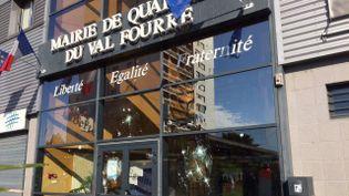 La mairie annexe du Val-Fourré, à Mantes-la-Jolie, dans les Yvelines, a été prise pour cible dans la nuit de samedi 15 à dimanche 16 octobre 2016. (FRANCE 3 PARIS ILE-DE-FRANCE / D. MOREL)