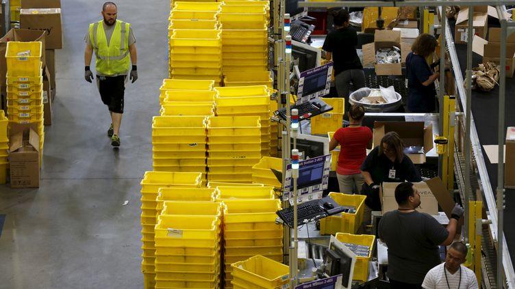 Des employés d'une usine Amazon à Tracy (Californie), en août 2015. (ROBERT GALBRAITH / REUTERS)
