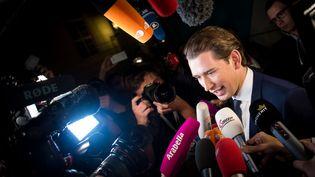 Sebastian Kurz entouré des médias, le 15 octobre 2017 à Vienne, en Autriche. (VLADIMIR SIMICEK / AFP)