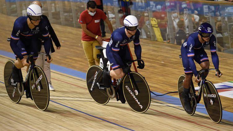 Florian Grengbo, Sébastien Vigier et Rayan Helal médaillés d'argent aux championnats du monde de cyclisme sur piste, mercredi 20 octobre à Roubaix. (FRANCOIS LO PRESTI / AFP)
