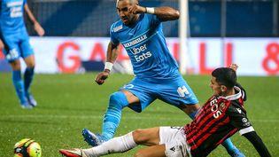 Dimitri Payet (Marseille) face à Youcef Atal (Nice), lors du match nul entre les deux équipes mercredi. (FRANCOIS NASCIMBENI / AFP)