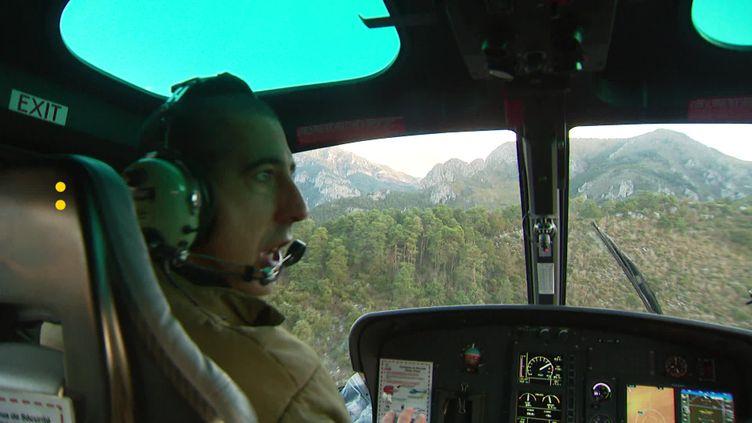 Un hélicoptère livre du fourrage aux éleveurs dans la vallée de la Roya dans les Alpes-Maritimes. (France Télévisions)