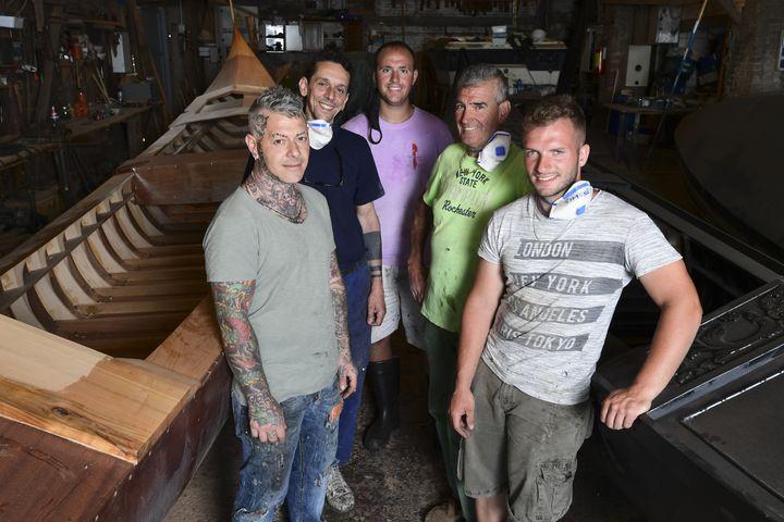 L'équipe d'artisans du fabricant de gondoles Roberto dei Rossi à Venise le 27 mai 2020 (MIGUEL MEDINA / AFP)