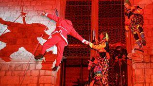 Un homme déguisé en père Noël descend traditionnellementen rappel le beffroi de Douai (Nord). Ici le 18 décembre 2005. (FRANCOIS LO PRESTI / AFP)