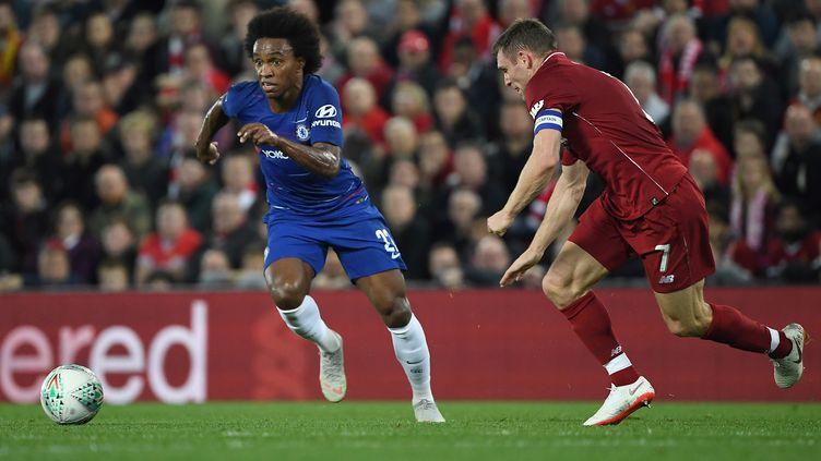 Le Brésilien de Chelsea Willian face au joueur de Liverpool Milner (PAUL ELLIS / AFP)