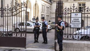Des gendarmes devant la cour d'appel de Dijon, le 16 juin 2017. (PHILIPPE DESMAZES / AFP)