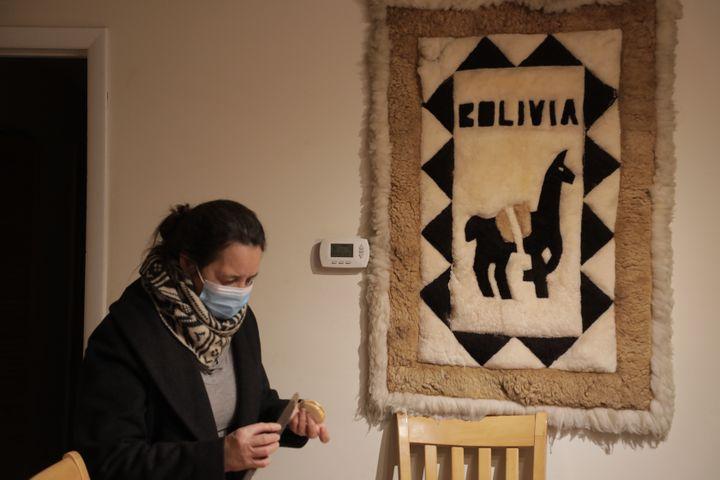 Miriam prépare des alfajores, des pâtisseries d'Amérique latine, à son domicile de Vienna, en Virginie (Etats-Unis), le 21 janvier 2021. (VALENTINE PASQUESOONE / FRANCEINFO)