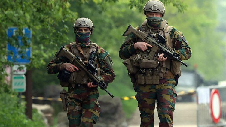 Des soldats belges patrouillent près d'une entrée du parc national de la Haute Campine, à la recherche d'un militaire, le 20 mai 2021. (DURSUN AYDEMIR / ANADOLU AGENCY / AFP)