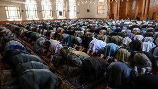 Des fidèles musulmans prient pour le début de la fête de l'Eid-al-Fitr, à la mosquée Abdul Rahman de Kaboul, en Afghanistan, le 13 mai 2021. (WAKIL KOHSAR / AFP)