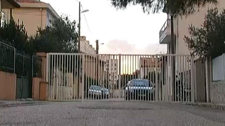 Des barrières qui clôturent un quartier résidentiel, à Marseille (Bouches-du-Rhône), en novembre 2013. ( FRANCE 2 / FRANCETV INFO)