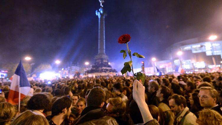 JOUR J Les supporters de François Hollande sont réunis place de la Bastille à Paris après la victoire du candidat socialiste à l'élection présidentielle, le 6 mai 2012. (ERIC FEFERBERG / AFP)