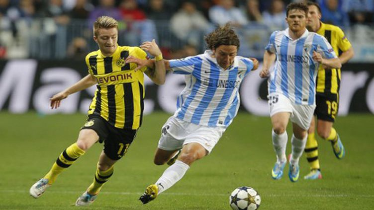 L'attaquant de Dortmund Larco Reus face à  Manuel Iturra (Malaga)  (JOSE JORDAN / AFP)
