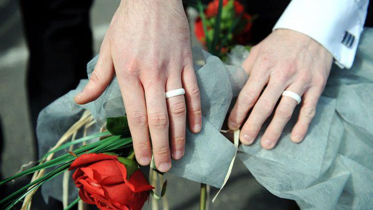 """Mariage """"symbolique"""" de deux hommes à Lannion(Côtes-d'Armor) le 15 avril 2012. (FRED TANNEAU / AFP)"""