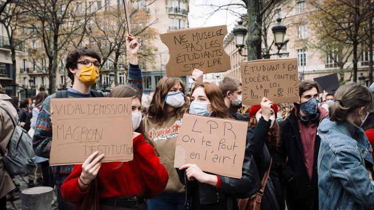 Des étudiants manifestent contre le projet de loi de programmation de la recherche (LPR), le 17 novembre 2020 à Paris. (PHILIPPE LABROSSE / HANS LUCAS / AFP)