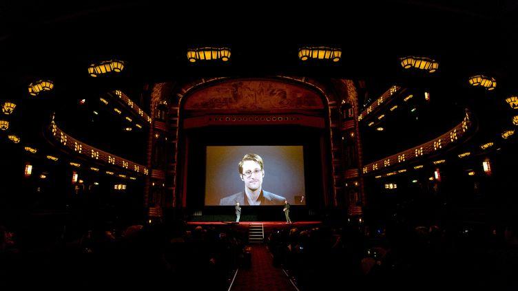 L'ancien consultant de l'agence de sécurité américaine NSA, Edward Snowden, le 10 novembre 2016 à Amsterdam (Pays-Bas). (SANDER KONING / AFP)