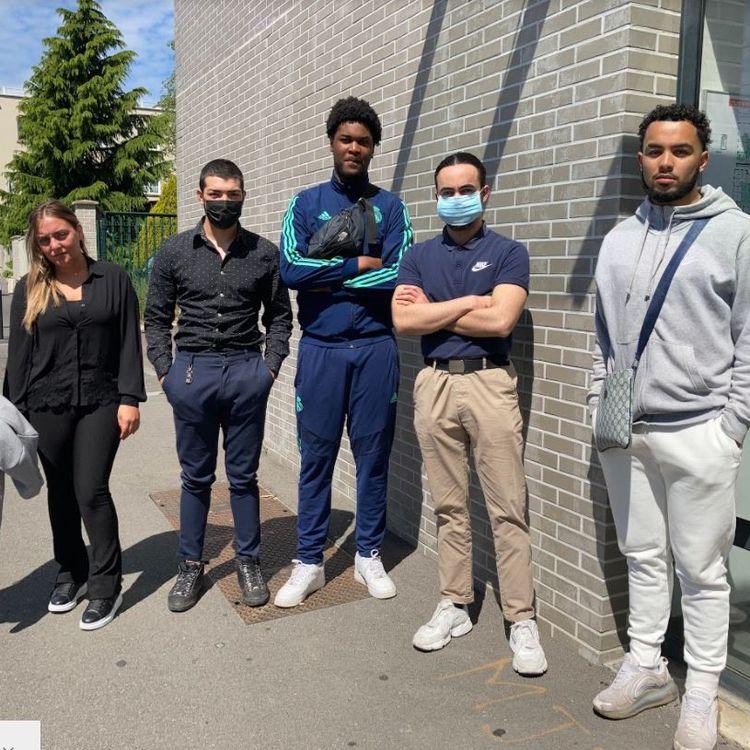 (De gauche à droite)Bushra Iqbal, Julie Falck, Leonardo Jovanovic, Job Mfina, PierreRochette et Abel Ladouce, devant la mission locale de Clichy-sous-Bois (Seine-Saint-Denis), le 28 mai 2021. (ELISE LAMBERT / FRANCEINFO)