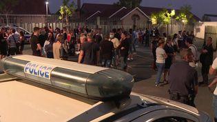 Un rassemblement s'est tenu au Mans (Sarthe) samedi 8 août dans la soirée. Policiers, pompiers et habitants sont venus saluer la mémoire d'Éric Monroy. Ce policier de 43 ans est mort renversé par un automobiliste en état d'ivresse. (France 3)