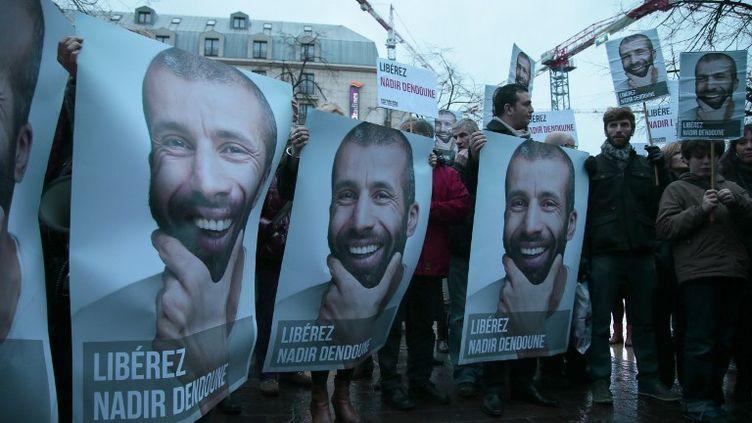 Des personnes manifestent à Paris, le 23 janvier 2013, pour demander la libération du journaliste français Nadir Dendoune, emprisonné à Bagdad (Irak). (JACQUES DEMARTHON / AFP)