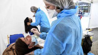 Des tests PCR réalisés à Montreuil (Seine-Saint-Denis). Photo d'illustration. (ALAIN JOCARD / AFP)