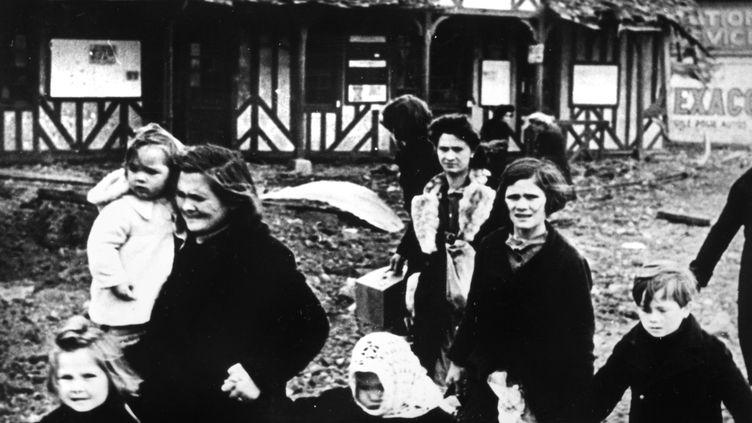 Des familles qui fuient un village bombardé en Normandie en 1944. (PRINT COLLECTOR / HULTON ARCHIVE / GETTY IMAGES)