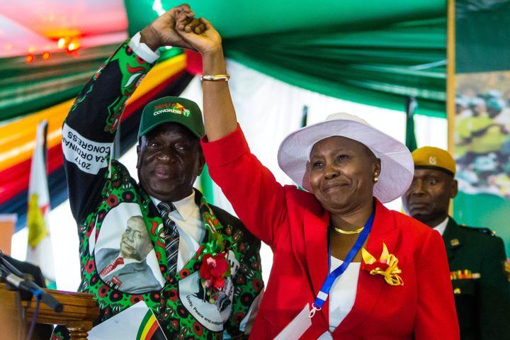En 2017, Oppah Muchinguri très proched'Emmerson Mnangagwa, lors du congrès extraordinaire du parti de ce dernier, le ZANU-PF, un an avant qu'il devienneprésident du Zimbabwe. (JEKESAI NJIKIZANA / AFP)
