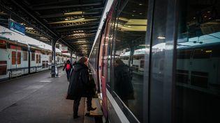 Un train à la gare de l'Est, à Paris, le 13 décembre 2019, lors d'une journée de grève contre la réforme des retraites. (MARTIN BUREAU / AFP)