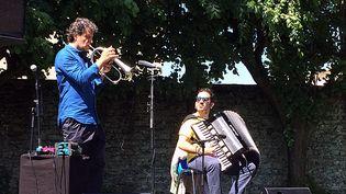 Le trompettiste Luca Aquino (ici au bugle, pour la fin de son concert), et l'accordéoniste Carmine Ioanna, à Coutances (26 mai 2017)  (Annie Yanbékian / Culturebox)