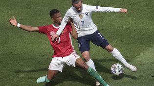 L'attaquant Antoine Griezmann fait face au Hongrois Loïc Nego, le 19 juin 2021, à Budapest (Hongrie), lors de l'Euro de football. (DMITRIY GOLUBOVICH / AFP)
