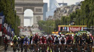 Le peloton du Tour de France sur les Champs-Elysées à Paris, le 26 juillet 2015. (ERIC FEFERBERG / AFP)