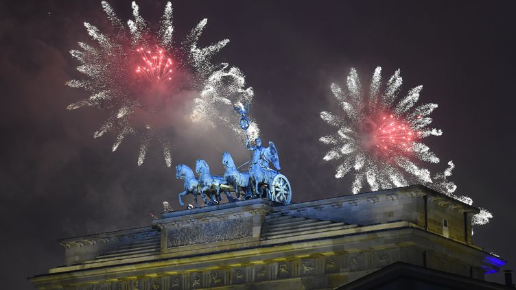 Des feux d'artifice explosent au-dessus de la porte de Brandebourg, à Berlin (Allemagne), le 1er janvier 2015. (TOBIAS SCHWARZ / AFP)