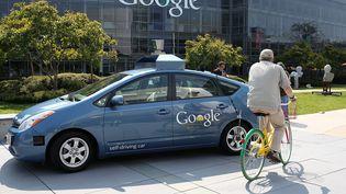 Une Google car devant le siège de Google, à Mountain View, en Californie (Etats-Unis), le 25 septembre 2012. (JUSTIN SULLIVAN / GETTY IMAGES NORTH AMERICA)