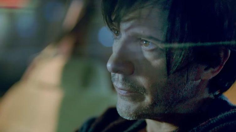 """Nicola Sirkis, leader du groupe Indochine, dans le clip """"Memoria""""  (Culturebox / capture d'écran)"""
