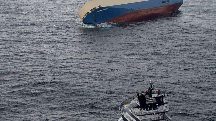 """Le """"Modern Express"""", cargo à la dérive dans le Golfe de Gascogne, photographié le 28 janvier 2016. (PREFECTURE MARITIME DE L'ATLANTIQUE / AFP)"""