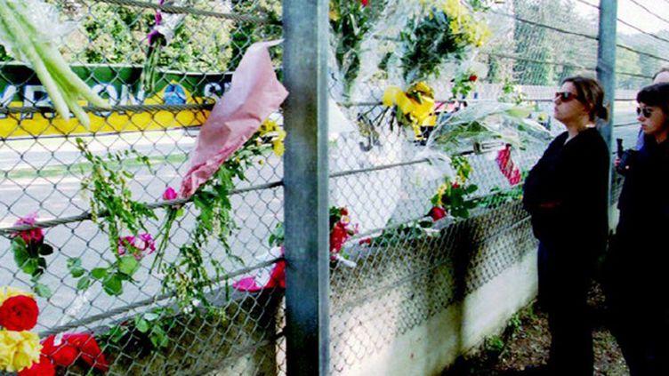 Des fleurs dans la courbe de Tamburello à Imola pour honorer la mémoire d'Ayrton Senna (ANSA / AFP)
