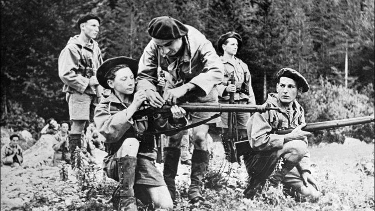 Un jeune résistant s'entraîne à tirer au fusil dans les Alpes du Sud, en octobre 1944. (STF / AFP)