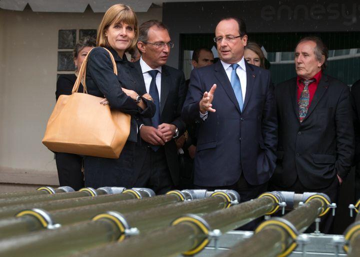 """François Hollande et Anne Lauvergeon, à la tête de la commission """"Innovation 2030"""",dans les locaux de l'éco-entreprise Ennesys, à Nanterre (Hauts-de-Seine), le 11 octobre 2013. (IAN LANGSDON / AFP)"""