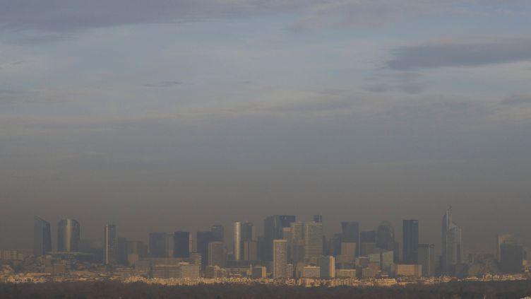 La pollution la semaine dernière sur le quartier de la Défense à Paris (PATRICK KOVARIK / AFP)