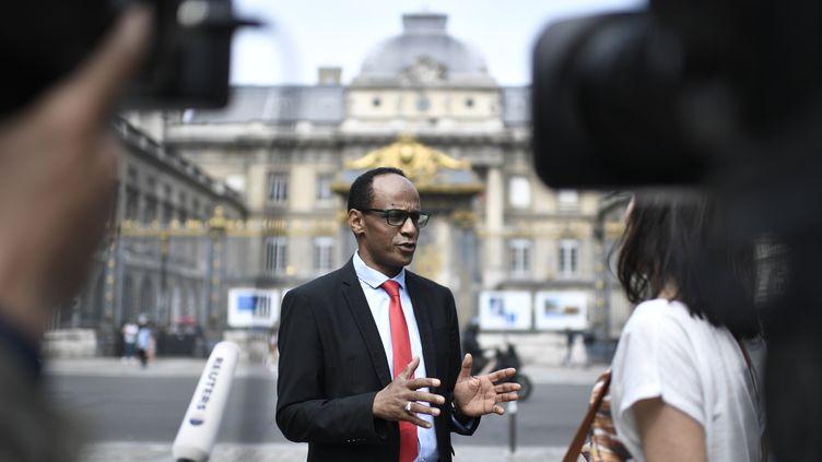 L'avocat Mohamed El Monsaf Hamdi devant la presse à Paris, le 10 juin 2018. (STEPHANE DE SAKUTIN / AFP)