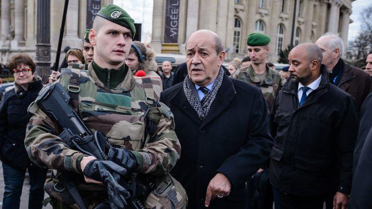 (Jean-Yves Le Drian lors des inspections de sécurité à Paris © MaxPPP)