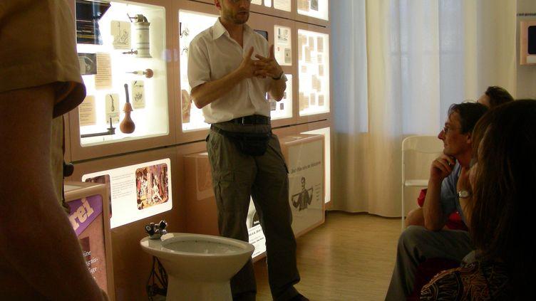 Le Dr Christian Fialat fait une visite guidée aux visiteurs de son musée de la contraception et de l'avortement à Vienne en Autriche. (MUVS, VIENNA)