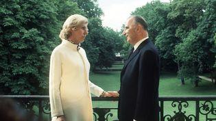 Georges et Claude Pompidousur le balcon devant le jardin de l'Elysée le 20 juin 1969. (STF / AFP)